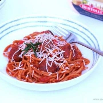 Super simple one-pot spaghetti and meatballs recipe - perfect for a quick and easy family friendly mid-week dinner