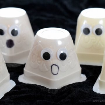 Super easy fun Halloween Food Idea - Yogurt Ghosts - perfect for party food snacks and lunch boxes - Eats Amazing UK