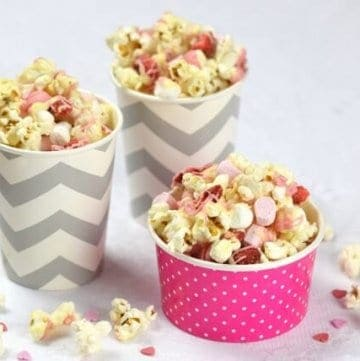 Quick and easy Valentines popcorn recipe with white chocolate strawberries and marshmallows - fun valentines treat that kids can make - Eats Amazing UK
