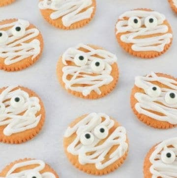 Super quick and easy Mummy Ritz Crackers recipe - fun Halloween food for kids - fun Halloween party food idea from Eats Amazing UK