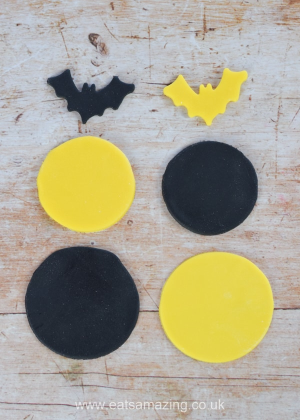 How to make Batman themed cupcakes tutorial with easy Batman fondant icing toppers