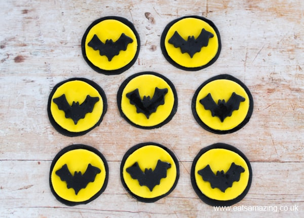 How to make easy Batman themed fondant cupcake toppers