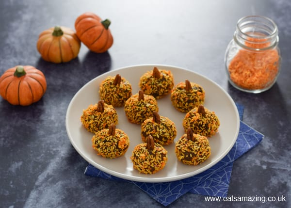 How to make pumpkin shaped energy bites - this pumpkin spice energy ball recipe makes a fun and healthy snack for kids