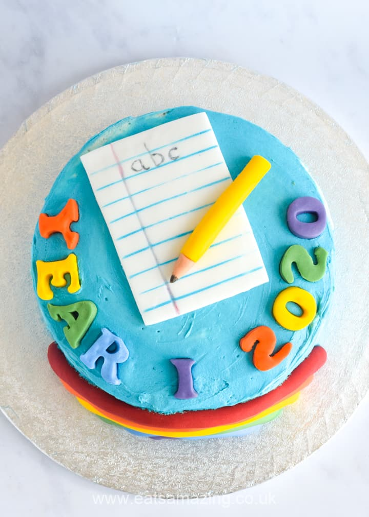 Cute and easy cake for kids to celebrate the end of the school year