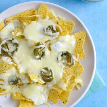 Easy Microwave Nachos recipe - this single serve nachos recipe is great for a quick snack