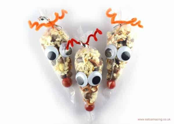 Easy reindeer snack bags - a fun Christmas party food idea for kids from Eats Amazing