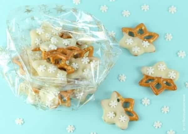 Easy snowflake pretzels recipe - these make a lovely edible gift idea packed in a cellophane bag - from Eats Amazing UK