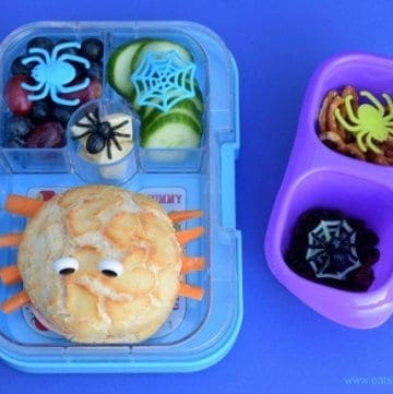 Really easy kids spider bento lunch for Halloween plus a simple spider snack - a fun and healthy packed lunch idea that kids will love from Eats Amazing UK