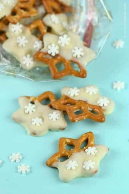 Really easy snowflake chocolate dipped pretzels recipe - great for edible gifts or christmas party food from Eats Amazing UK